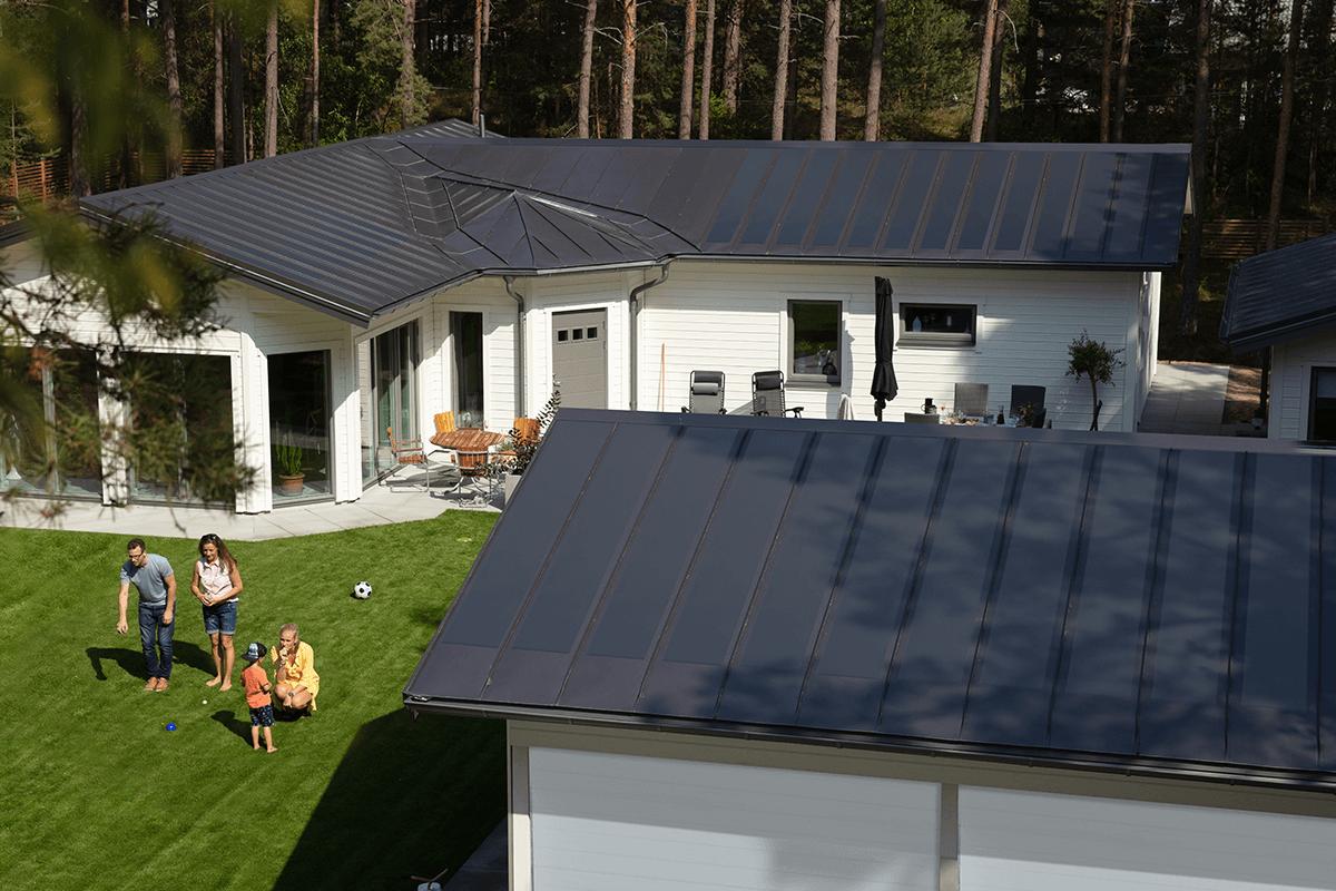 Lindab-integrerade-solceller-i-tak