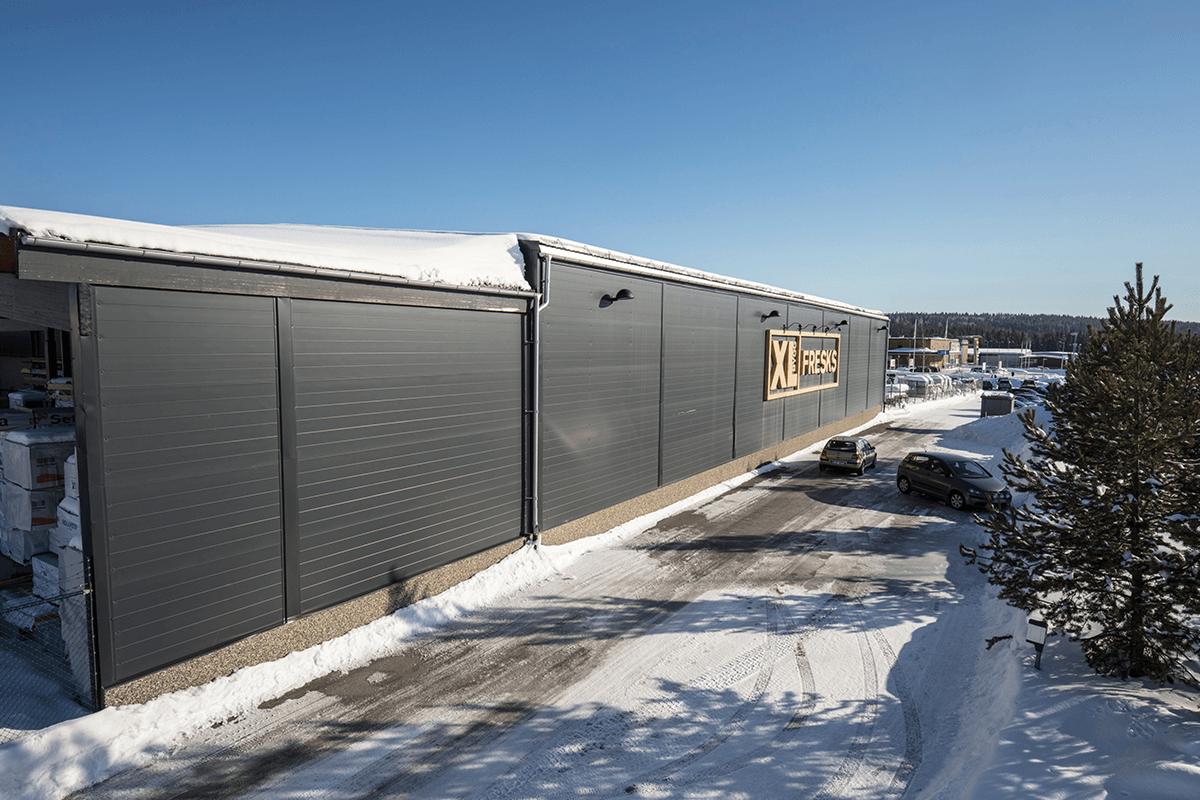 På XL-Bygg Fresk i Östersund gav renoveringspaneler både ett lyft utseende- och energimässigt.
