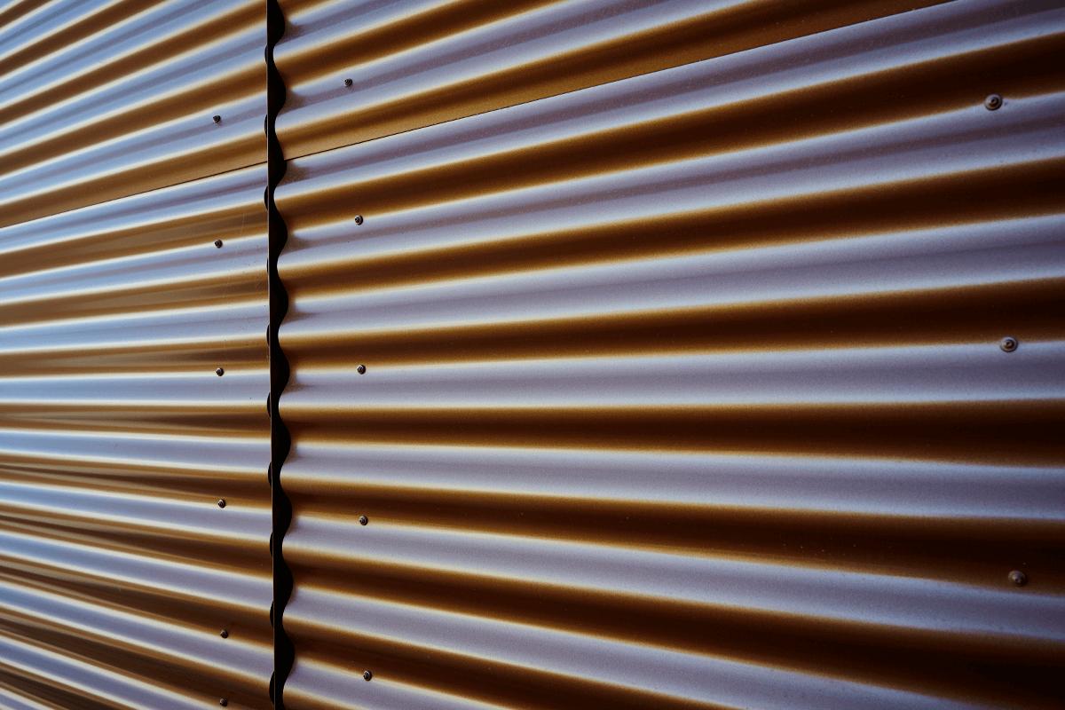 Vanlig byggplåt kan vara lösningen på många enkla fasadrenoveringar.